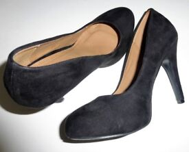 "BARRATTS 4.5 in heel Black ""Suede"" Court Shoes - size 4"