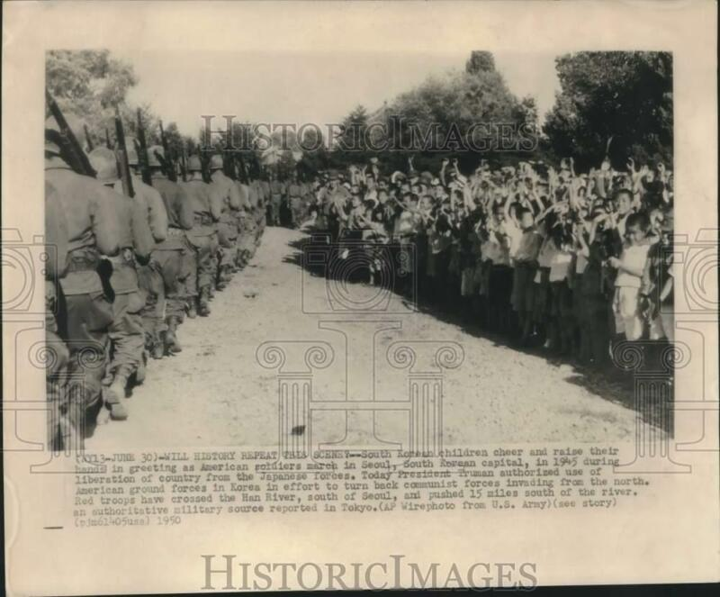 1945 Press Photo South Korean children cheer US soldiers after liberation