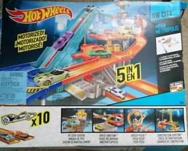Hot wheels track and 85 cars