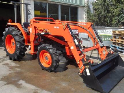 Kubota 45Hp tractor with 4 in 1 loader and new slasher