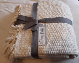 A gold-mix bed throw