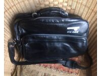 VINTAGE / RETRO 60S-70S BLACK CAMERA BAG WITH INTERNAL FILM CHANGING POCKET WITH INNER SLEEVES.