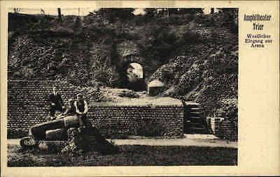 TRIER a.d. Mosel Postkarte um 1930 Personen Leute Eingang Arene Amphitheater