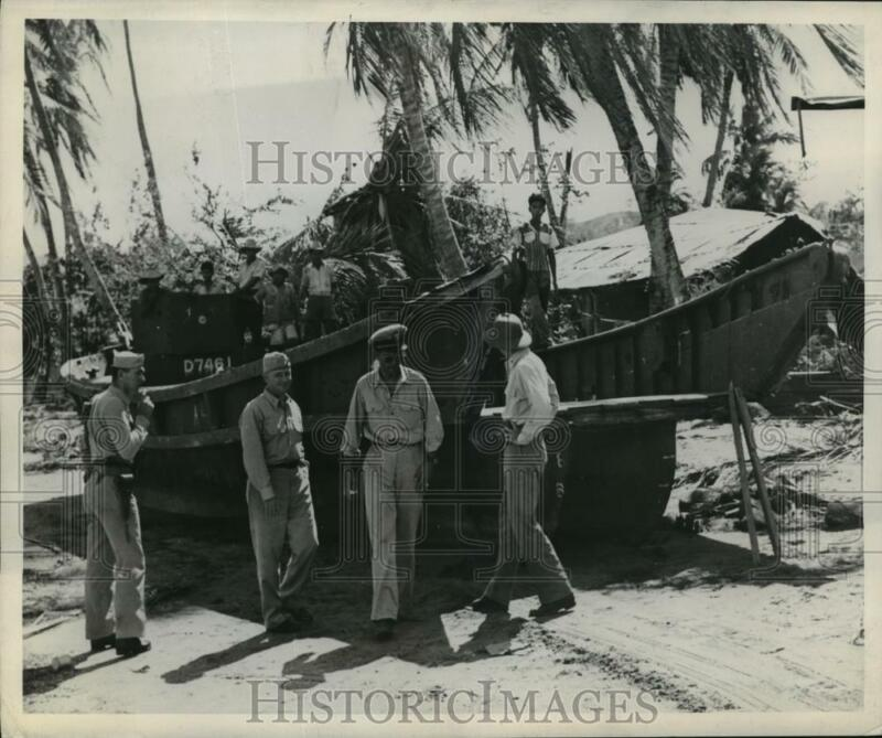 1945 Press Photo Naval Officers Inspect Japanese Landing Craft in Lingayen Area