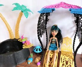 Cleo & her Oasis set & pet with lots of accessories. Monster High Doll.