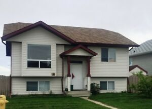 PET FRIENDLY, 4 bed, 2 bath House in Penhold! ONLY $1400!