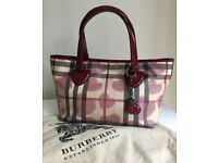STYLISH SIGNATURE BURBERRY TOTE BAG WITH BORDEAUX PATENT LEATHER TRIM - WALLET INCLUDED