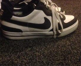 nike trainers size 7 fresh black and white practically brand new
