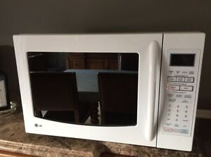 LG 1.5 ft.³ countertop convection microwave