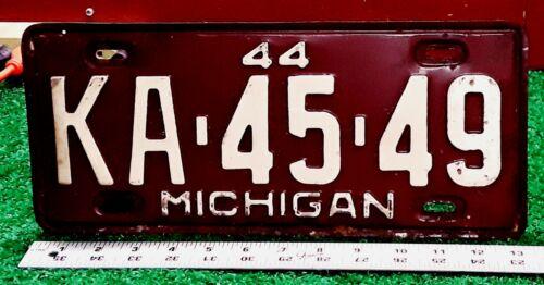MICHIGAN - 1944 passenger car license plate - cream on maroon all original