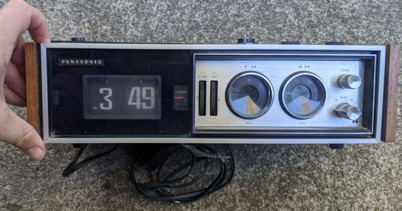 Vtg 1970 Panasonic RC-7469 AM/FM Flip Clock Alarm Radio Woodgrain WORKS