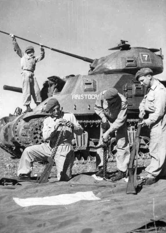 WW2  Photo Australian M3 Tank Gun Cleaning WWII World War Two ANZAC