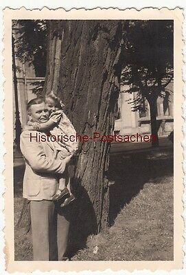 (F12530) Orig. Foto Mann mit Mädchen auf dem Arm am Baum, 1939