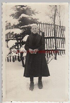 (F12722) Orig. Foto ältere Frau im Winter im Freien 1930er