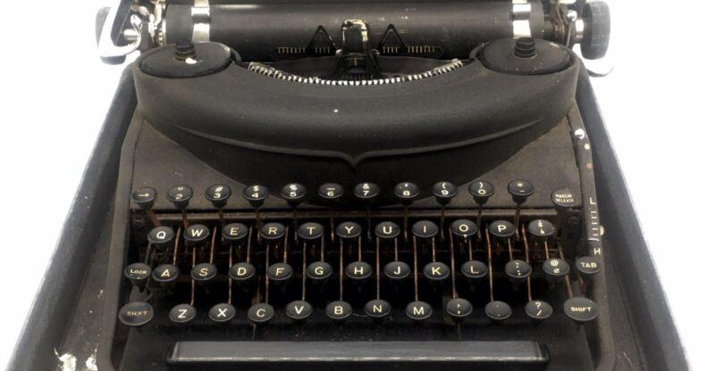 Undwrwood 77 Noiseless Typewriter With Case