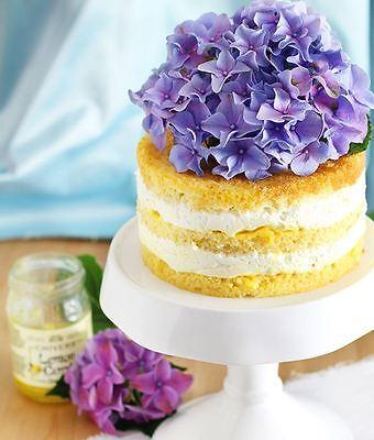 Drei Schichten, leckere Creme und eine Blumenhaube: Diese Torte ist schnell selbst gemacht. (© deinhochzeitsblog.com)
