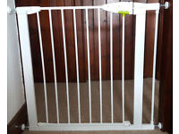 Baby safety gate x 2 and 7 cm exension for larger spaces