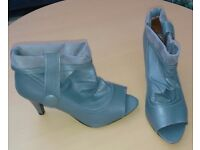 Ladies grey peep toe pull on boots by Naning. Size 5