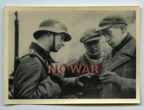 WWII ORIGINAL PHOTO GERMAN SOLDIER CHECKS DOCUMENTS JEWISH MEN JUDEN IN GHETTO