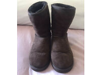 PRE OWNED UGGS CLASSIC SHORT BOOTS CHOCOLATE BROWN SIZE 5.5