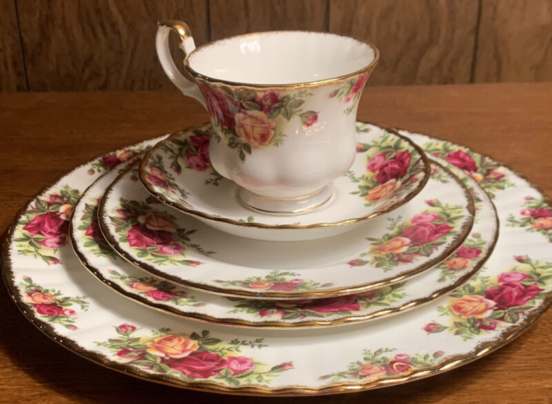 """FLAWLESS Royal Albert """"Old Country Roses"""" FIVE (5) Piece Place Setting, 1962"""