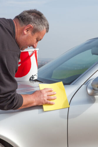 So entfernen Sie alte Aufkleber am Auto, ohne den Lack zu beschädigen