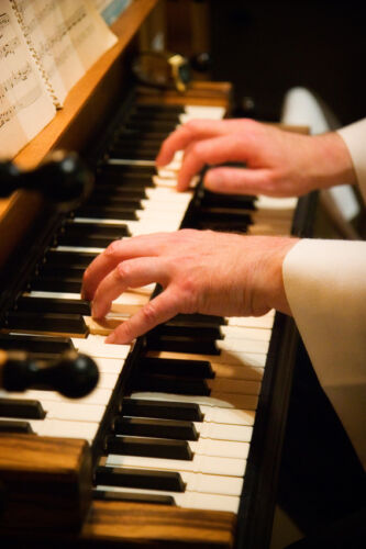Auf die Fingerfertigkeit kommt es an: Mit diesen Lernkursen verbessern Sie Ihr Orgelspiel