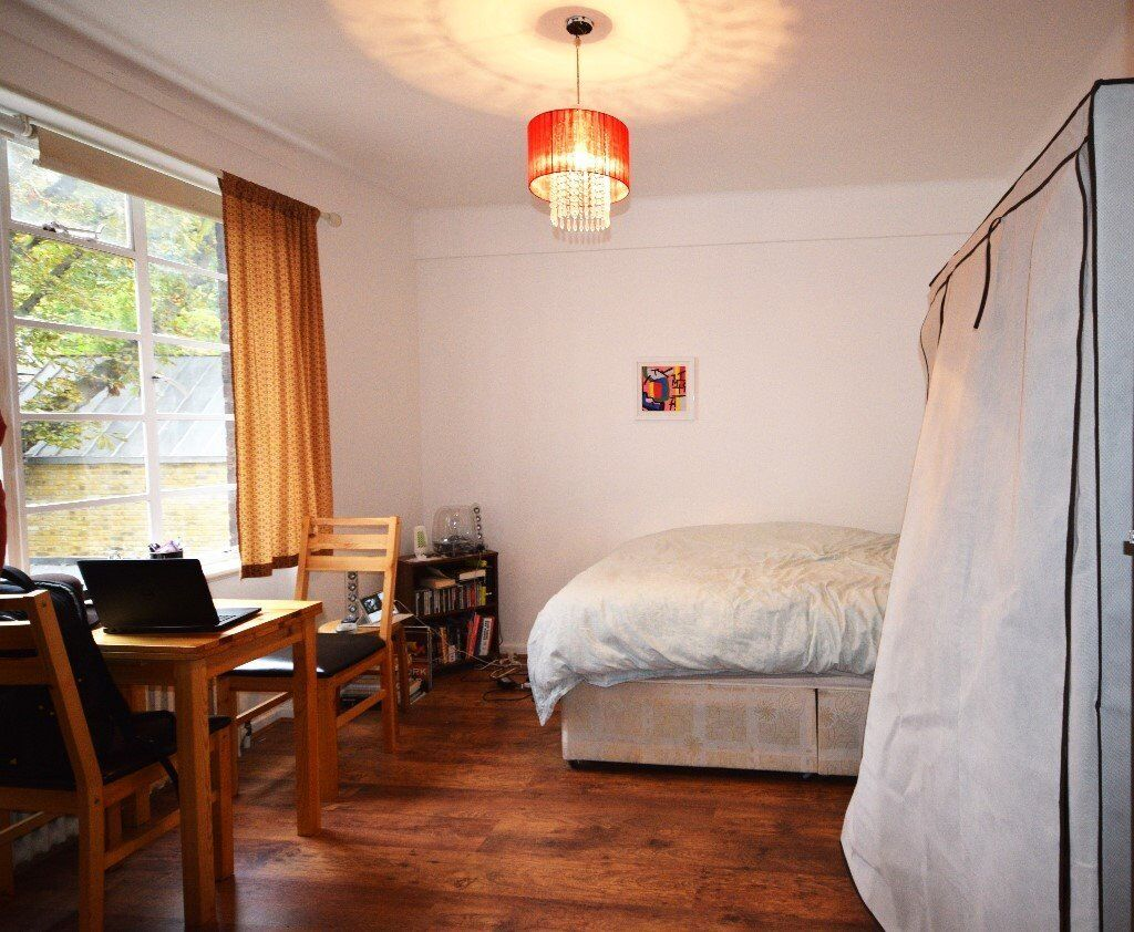 A modern and spacious studio flat with separate kitchen in Shepherd's Bush Rd.