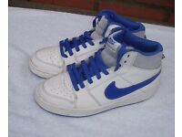NIKE BOYS HIGH TOP BACKBOARD 2 LEATHER TRAINERS WHITE/BLUE SIZE 5.5