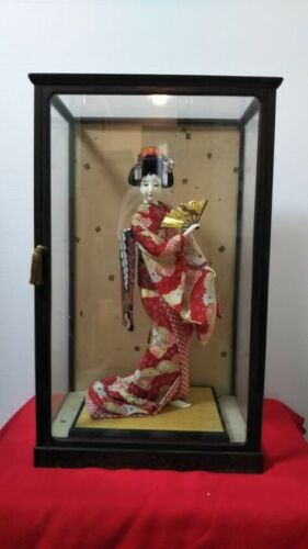 "Vintage Japanese Geisha doll in Kimono 19.5"" on wooden base in glass case Antiqu"