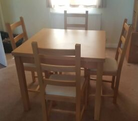 4 -6 seater extending dining room table with 4 chairs.