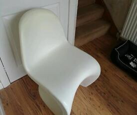 4 x plastic curved panton chairs