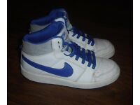 BOYS NIKE BACKBOARD 2 BASKETBALL TRAINERS SIZE 5.5