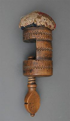 Alte Biedermeier Nähzwinge mit Nadelkissen Holz mit Kerbschnitzerei