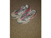 Size 5.5 girls nike trainers Hurraches