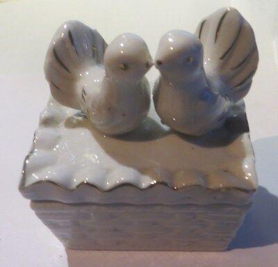 Boite à bijoux en porcelaine avec colombes et dorures
