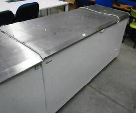Gram chest freezer with stainless steel lid