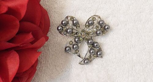 CLASSIC PIN BROOCH WHIMSICAL BOW RIBBON TRIMMING COSTUME STONES SILVER TON VL-AO