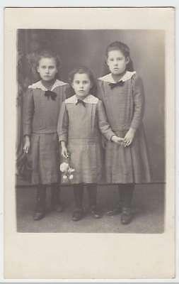 (37381) Foto AK drei kleine Mädchen, Kabinettfoto, vor 1945