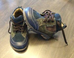 Plusieurs bottes et chaussures de marques