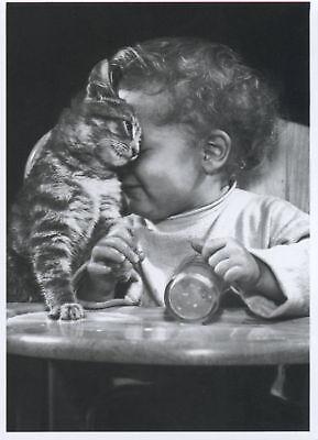 Karte Schwarz Und Weiß (Postkarte schwarz-weiß: Schmusekatze - Katze und Kind - kid and cat)