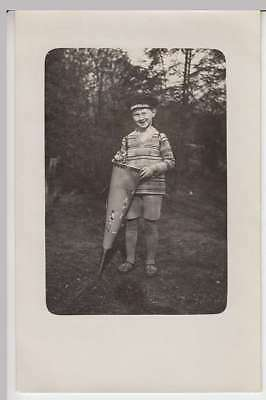 """(34052) Foto AK Junge mit Zuckertüte, Mütze m. Aufschrift """"Deutschland"""" 1920er"""