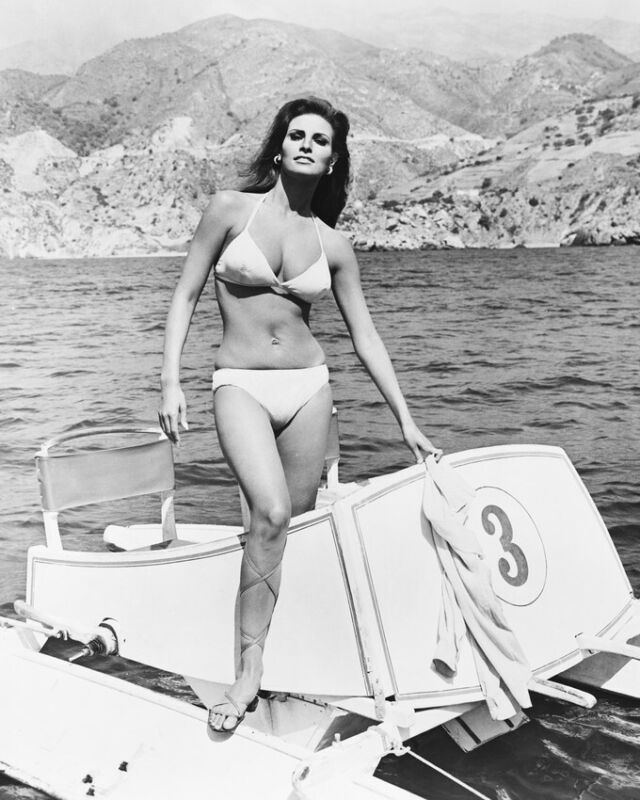 Raquel Welch Sexy Full Length In Bikini With Paddle Boat In Fathom 8x10 Photo