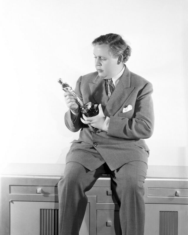 Charles Laughton Holding Oscar Statue 8x10 Photo (20x25 cm approx)
