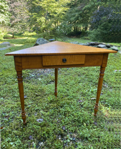 Rare Eldred Wheeler solid tiger maple corner table w drawer strong allover tiger