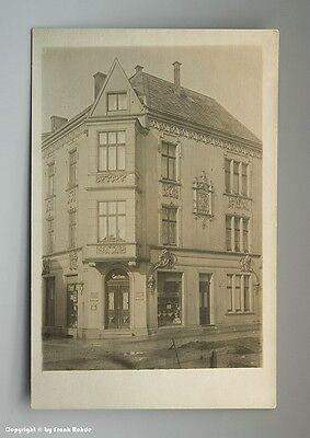 Foto LADEN mit zahlreichen REKLAMESCHILDERN um 1910