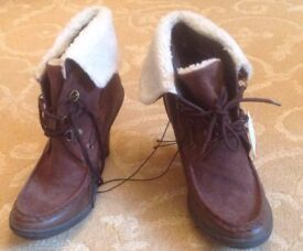 Stylish brown heeled lace-up short boots with sheepskin cuff