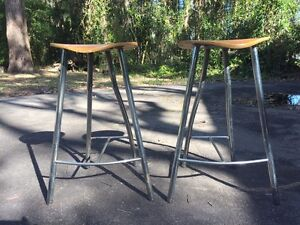 Free x 2 bar stools Medowie Port Stephens Area Preview