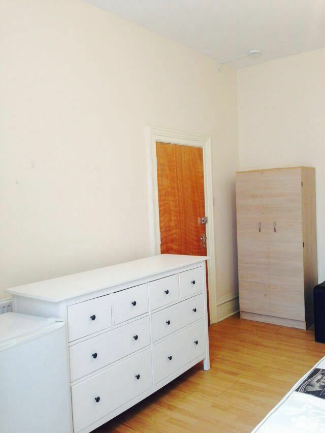 NEWLY REFURBISHED ROOMS TO RENT IN GOODMAYES! £475 ALL BILLS INCLUDED! WITH KITCHEN AND A GARDEN.