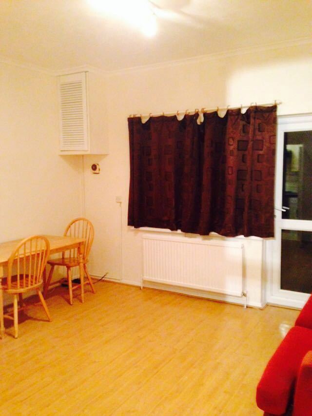 LARGE 1 BED FLAT TO RENT IN ILFORD. CLEAN WITH GARDEN, DRIVEWAY. NEAR VALENTINES PARK OFF THE DRIVE.